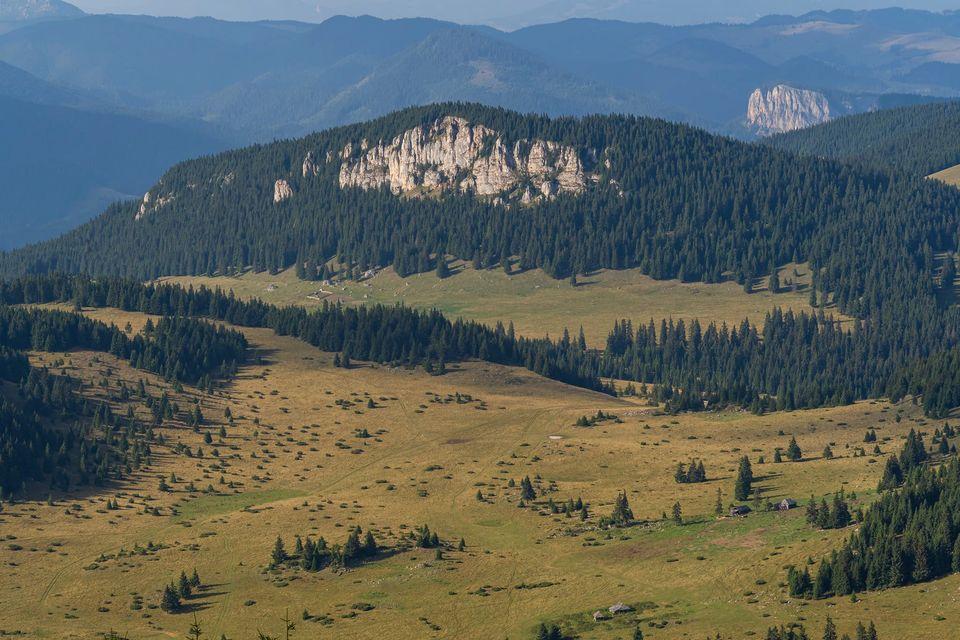 Pietrele Potcoavei, vedere de pe vârful Hășmașul Mare - Andrei Pahomi
