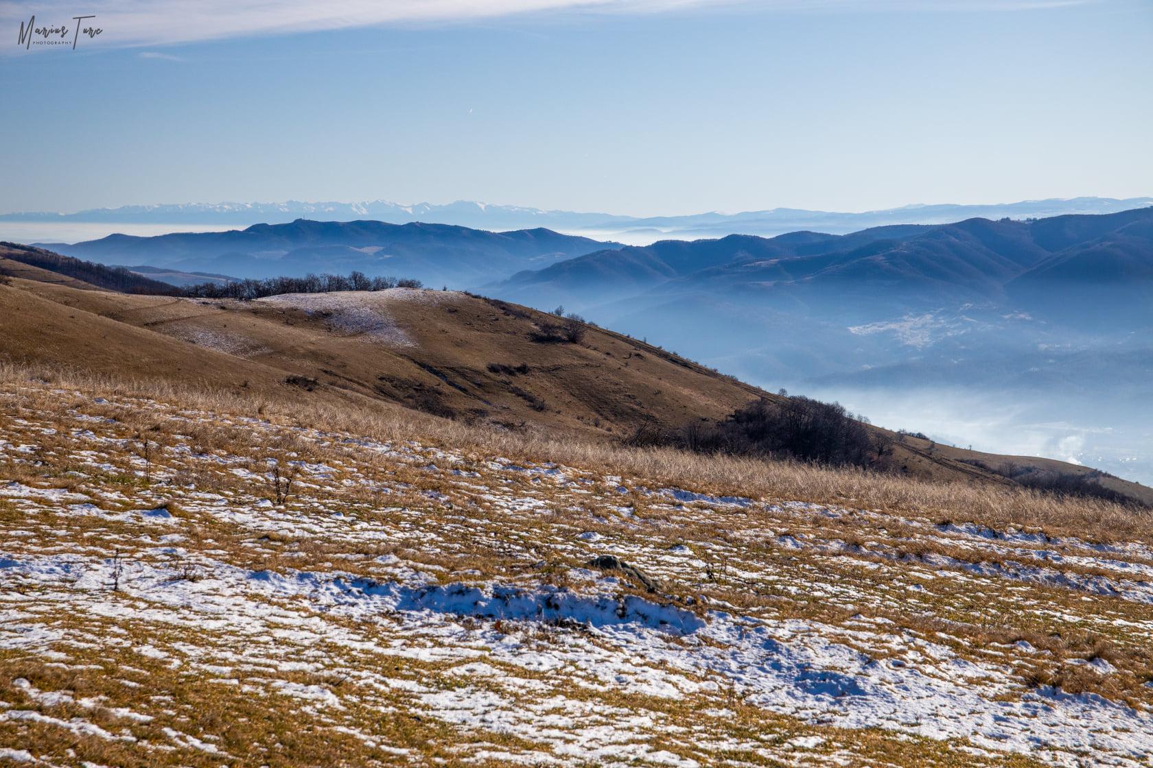spre Refugiul Saruni, cu creasta muntilor Fagaras in fundal - Marius Turc