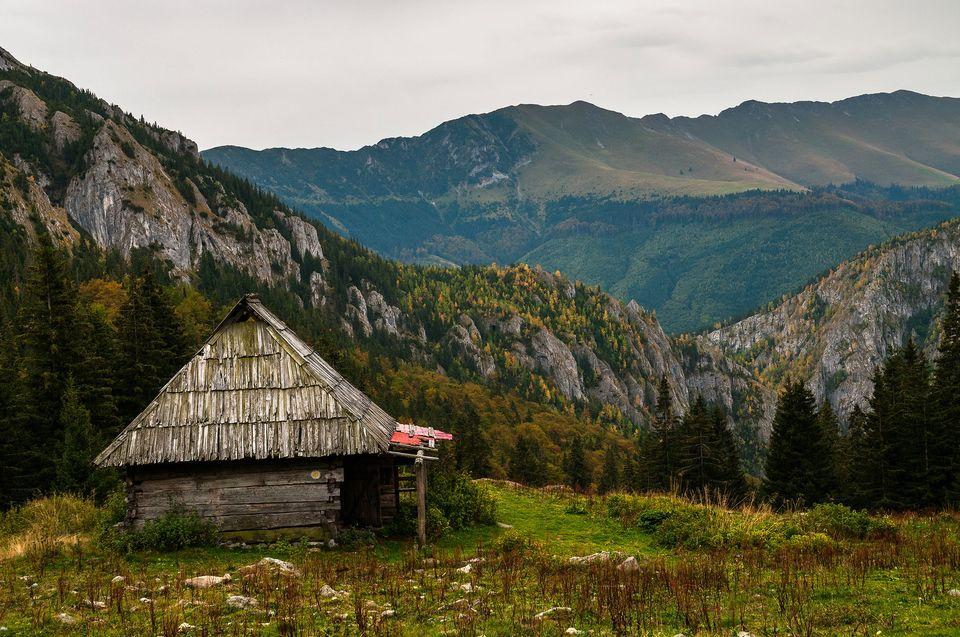 Stana Scorota cu privelisti spre Culmea Oslea -Daniel Morar