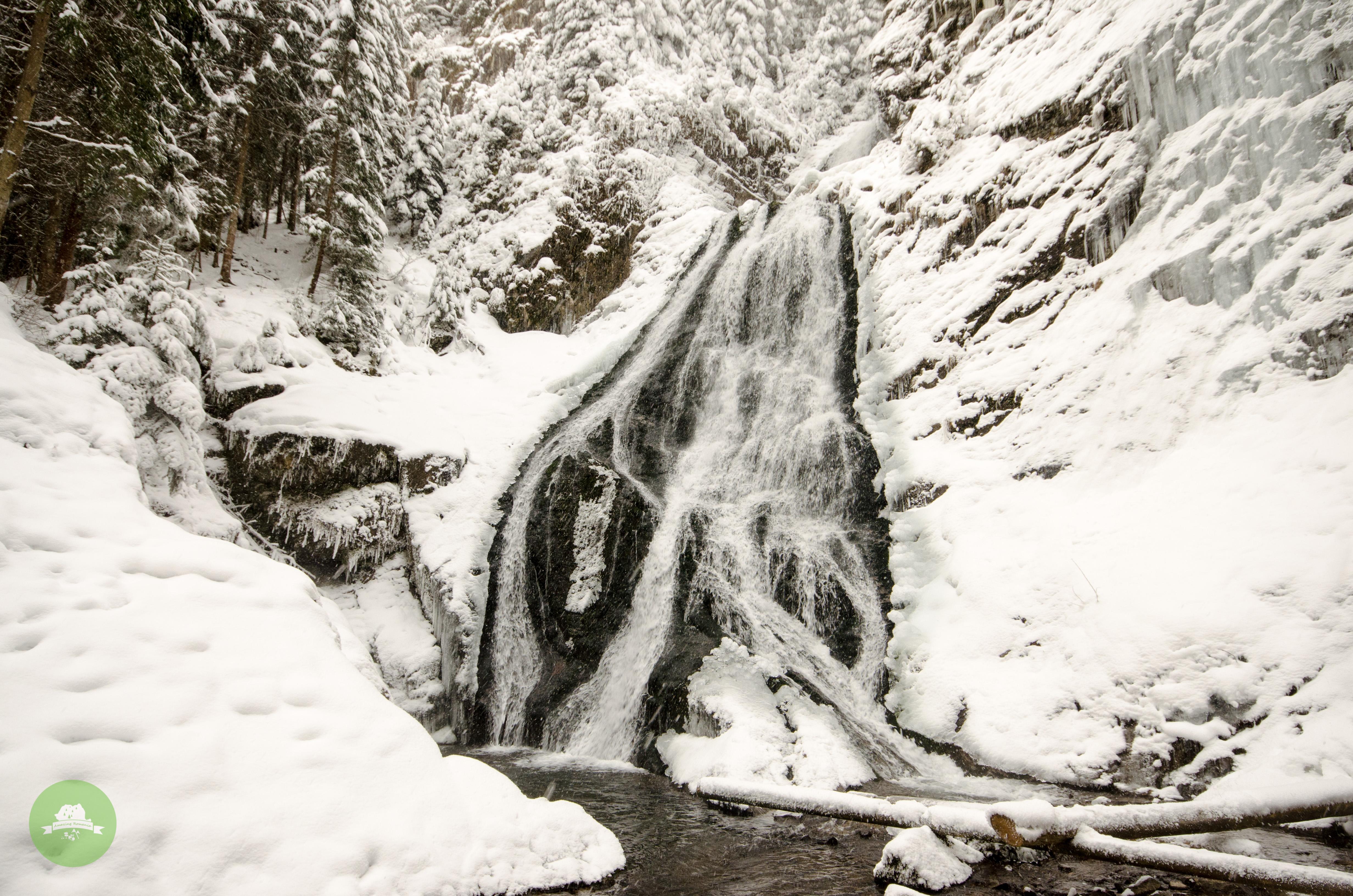 Cascada Valul Miresei iarna - Amazing Romania