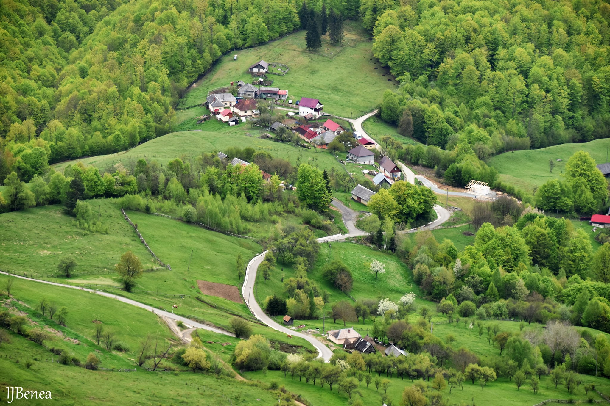 Catunul Valcan aflat la baza muntelui Vulcan - Ioan Benea Jurca