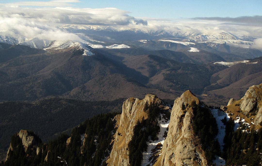 Coltii Zaganului, muntii Grohotisului si Baiului - foto Robert Popa