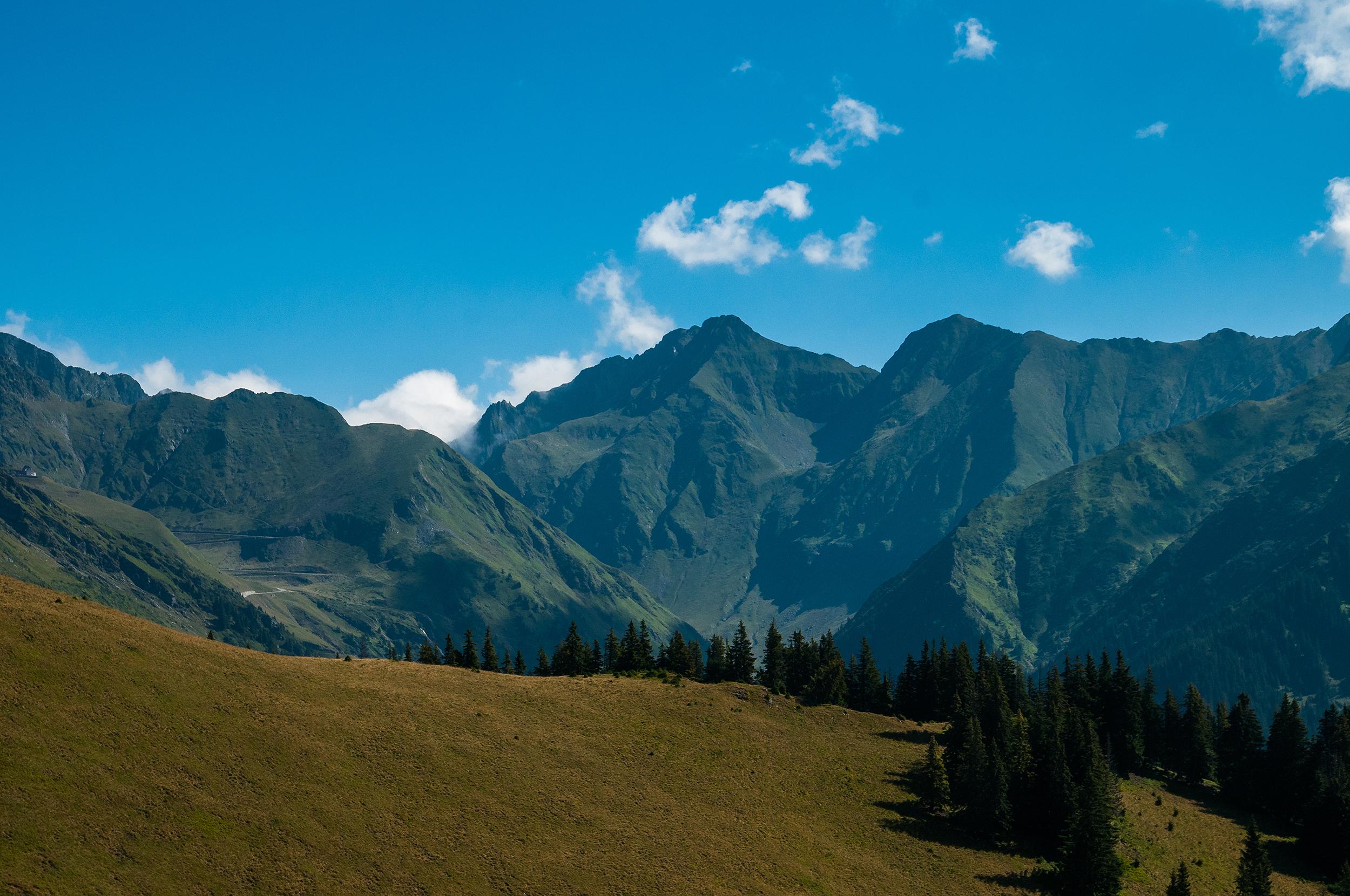 După ce se ajunge pe muchia Piciorului Lespezi se poate vedea spre est muchia Arpașu Mic - Buda - Mușeteica - Piscul Negru