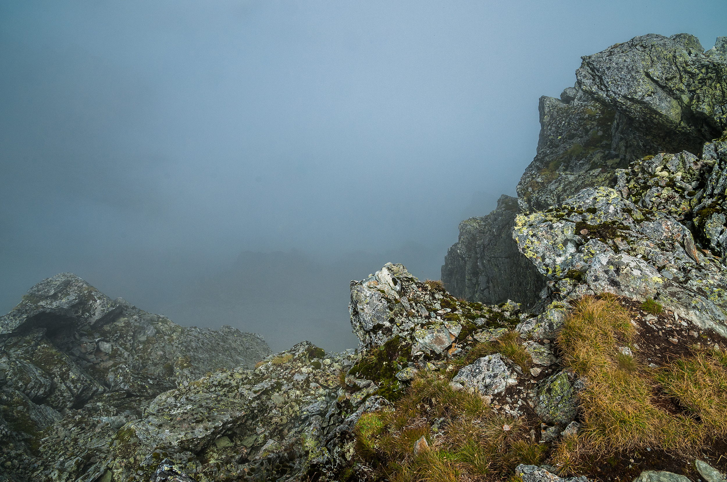 Acolo jos, din păcate în ceață, ar trebui să vedem Lacul Călțun. Mai jos cu vreo 380 m.