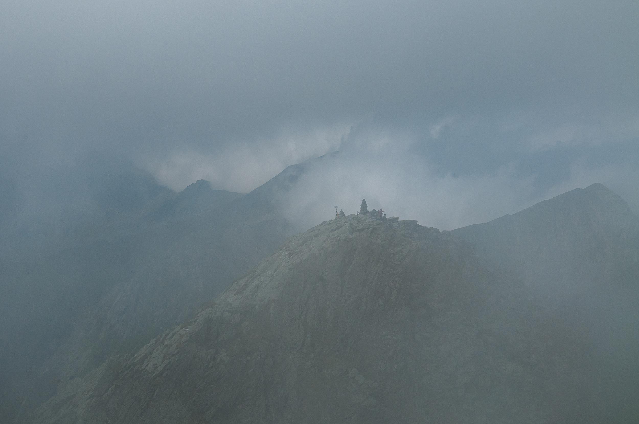 Abia reușim să zărim spre vest Vârful Cornul Călțunului situat la doar 150 metri.