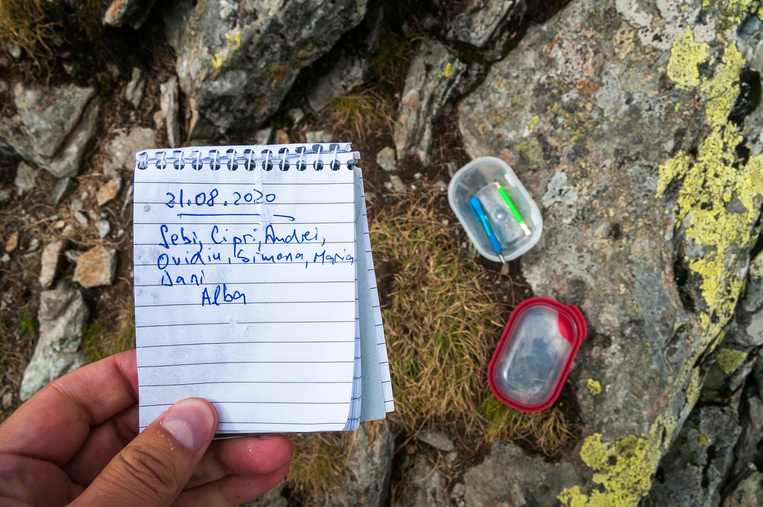 Găsim o cutiuță geocaching și ne scriem și noi numele în carnețel. Îl punem apoi la locul lui, pentru alți găsitori.