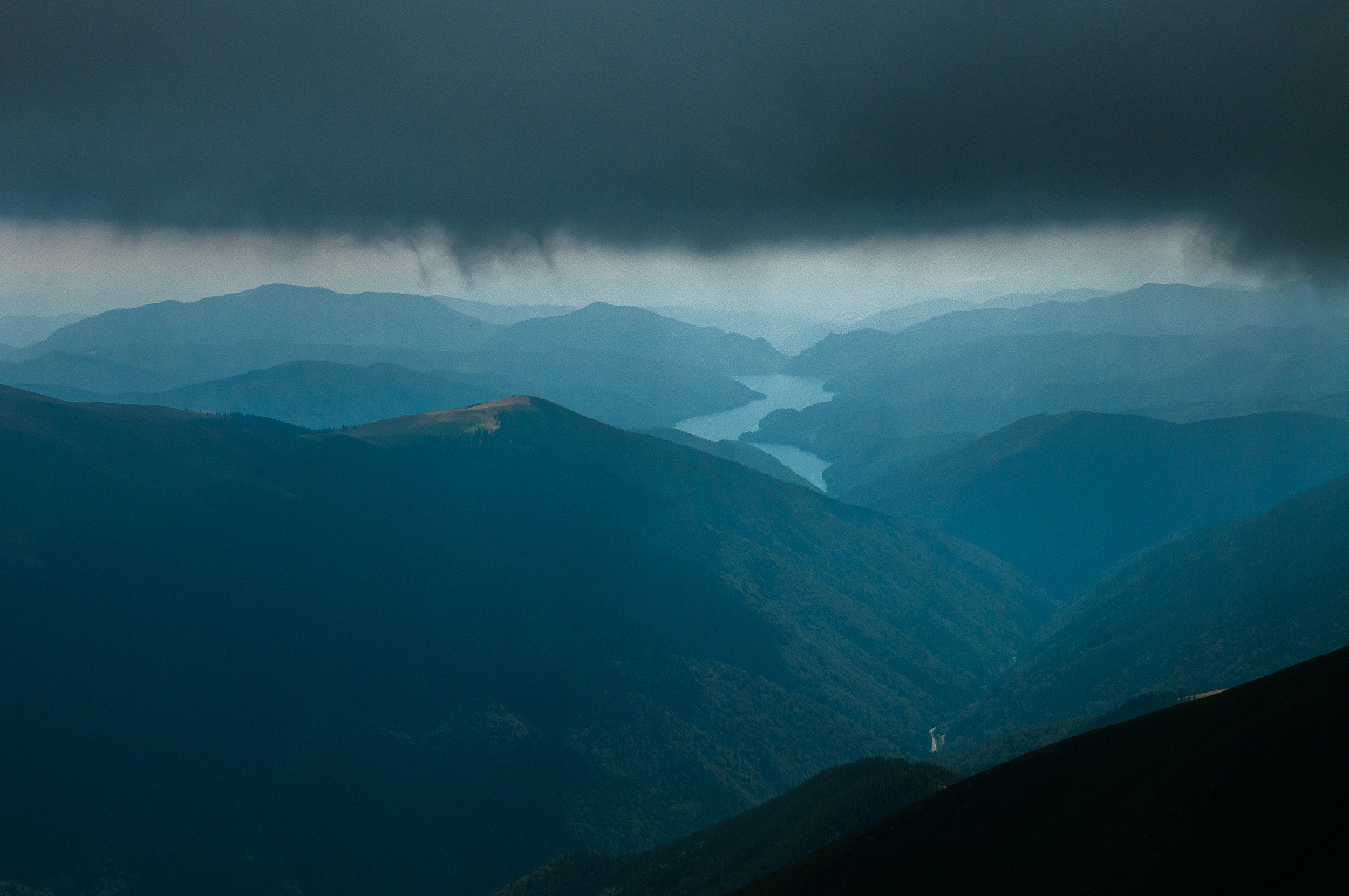 Undeva acolo este și Lacul Vidraru.