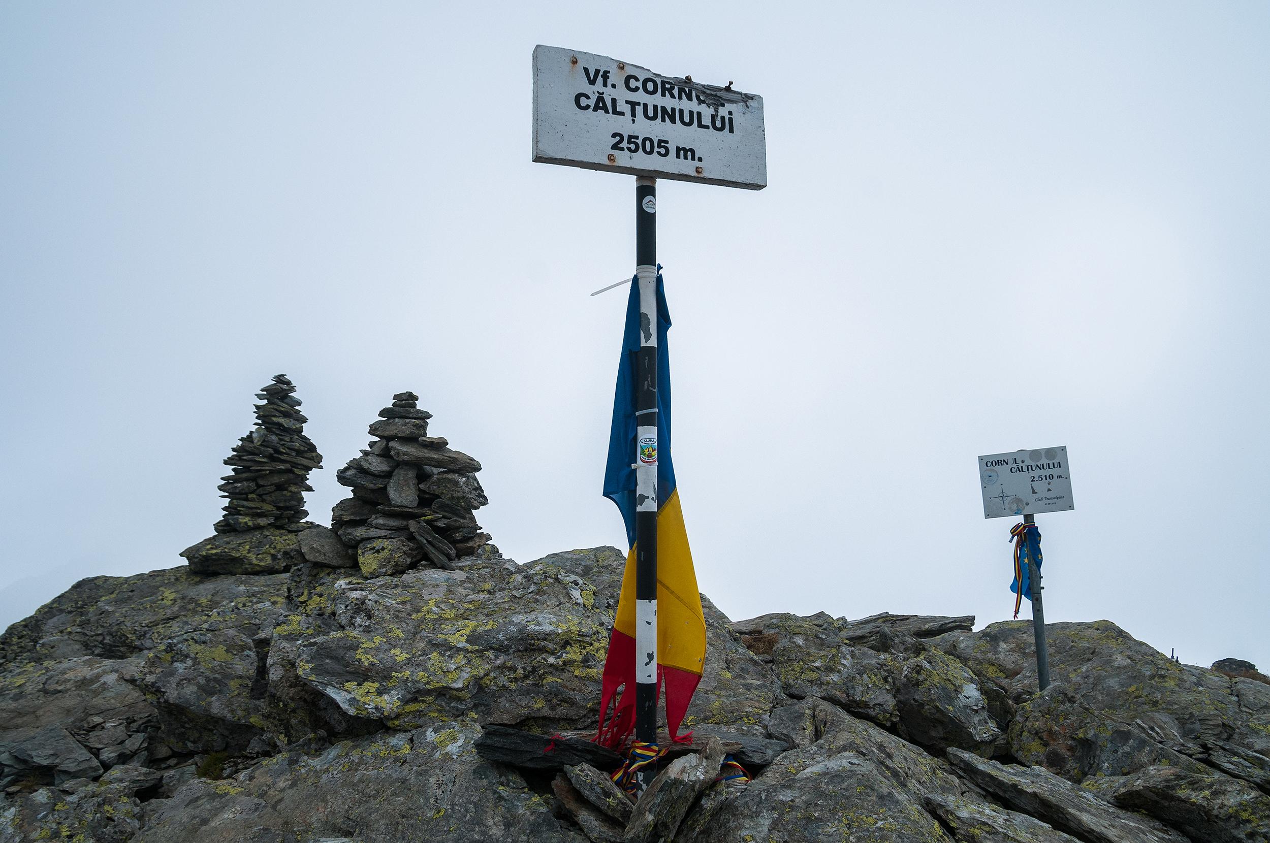 Vârful sau... vârfurile?! Ai zice ca sunt două la trei metri distanță cu altitudini diferite. Aceiași dilemă ca și pe Vf. Lespezi.