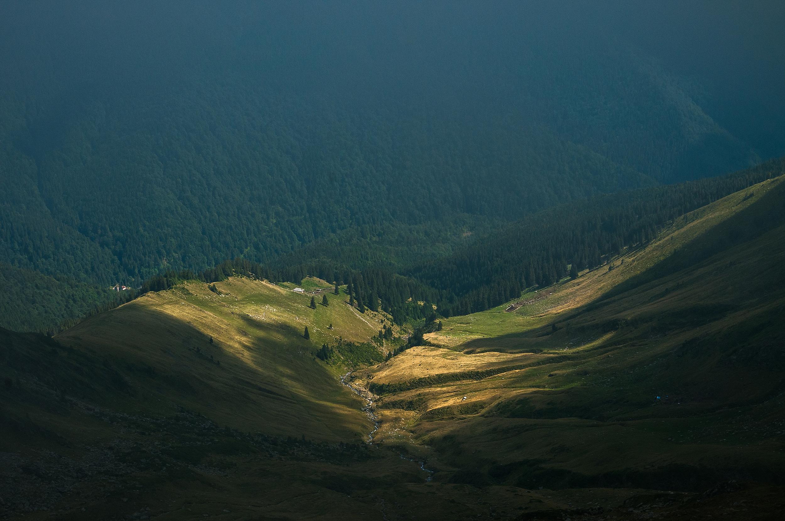 De sus din creastă vedem spre stânga Valea Lespezi, Stâna Lespezi pe unde am urcat și jos de tot pensiunea Piscul Negru.