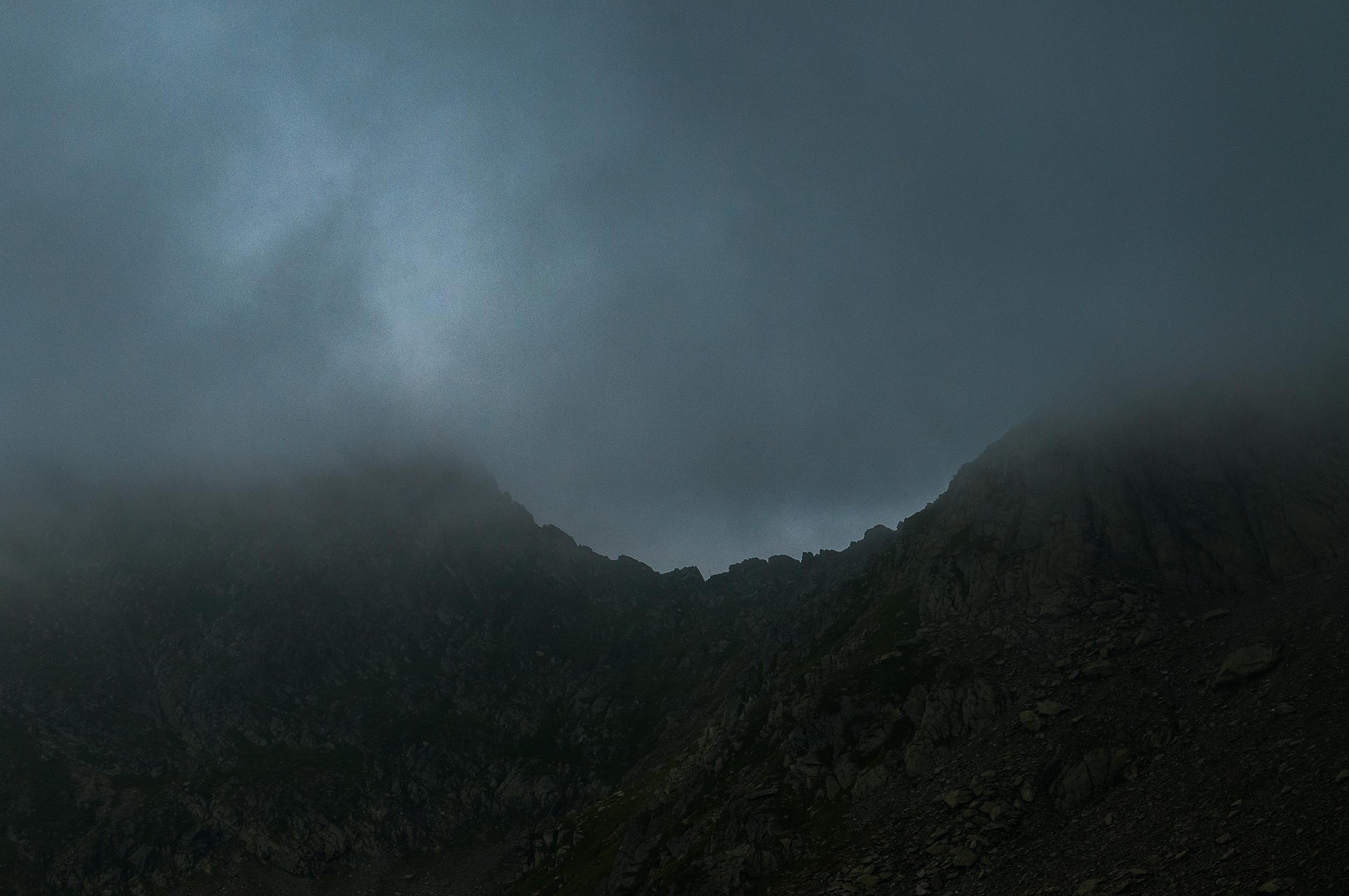 În urmă spre dreapta vedem sub ceață Strunga Doamnei.