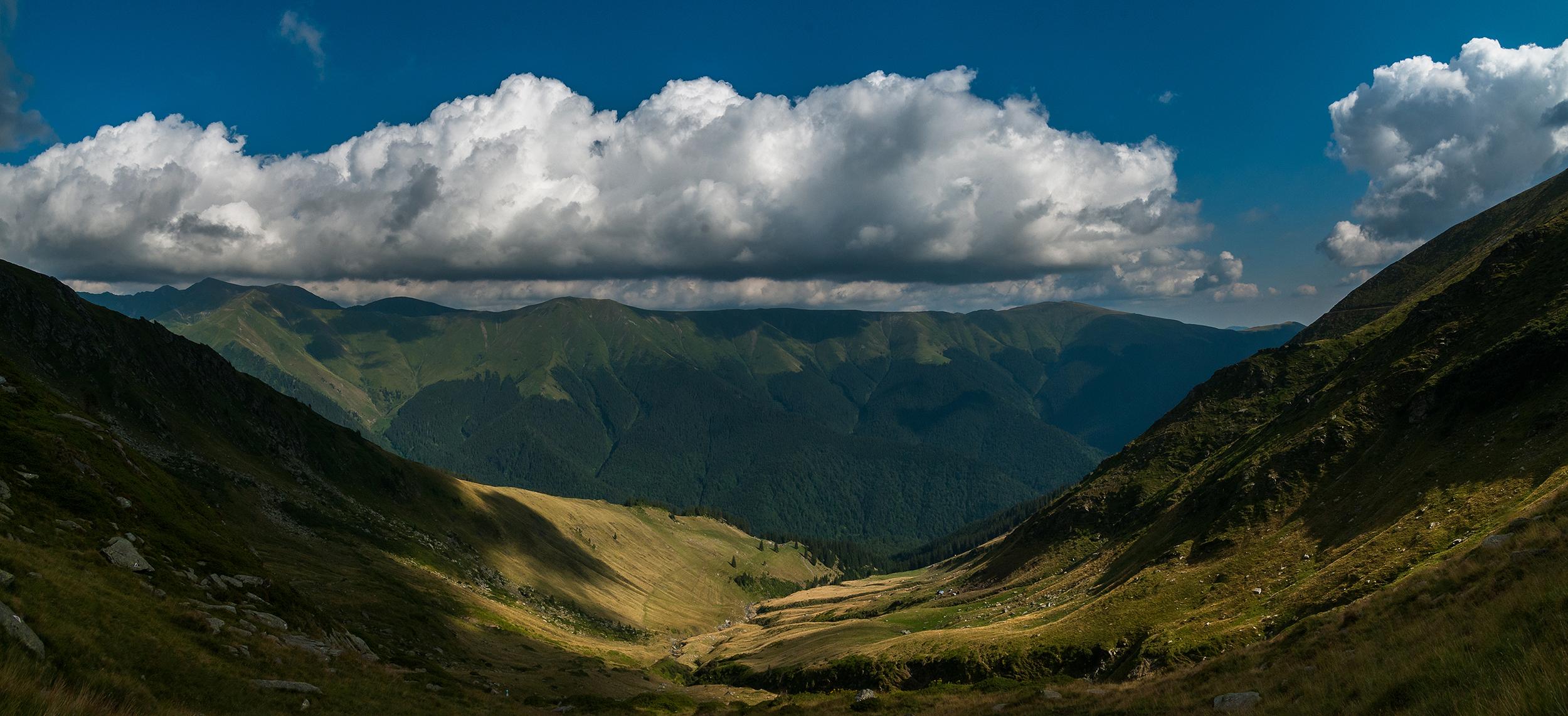 În față avem panorama Piscului Negru și a vârfurilor învecinate.