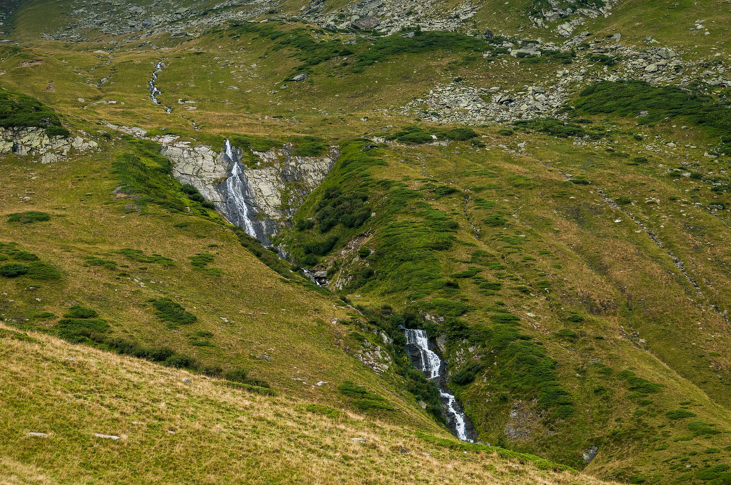 După ce depășim pragul căldării ajungem pe o vale foarte pitorească cu o succesiune de cascade.