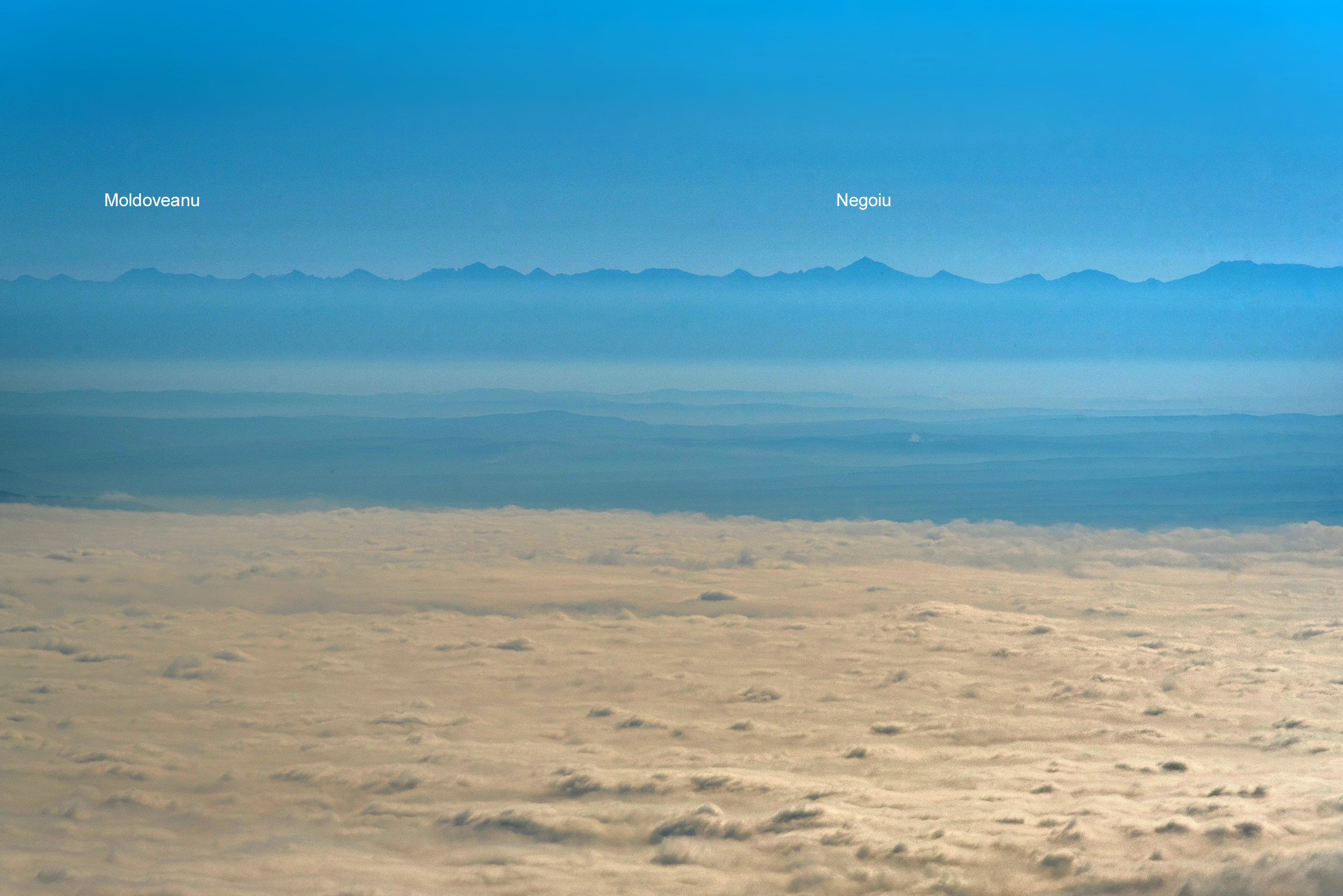 Munții Făgărașului văzuți de pe Piatra Cetii