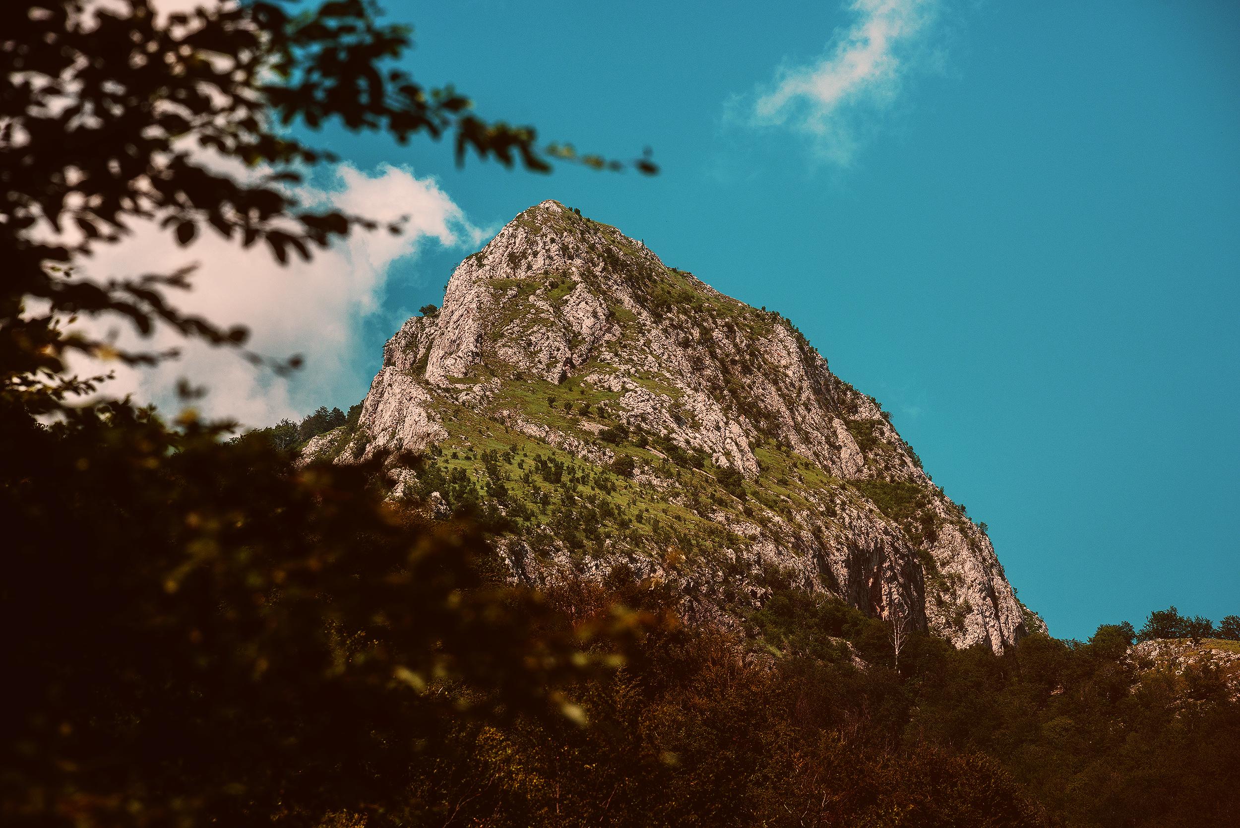 Stâncile La Călugări văzute din Valea Galda