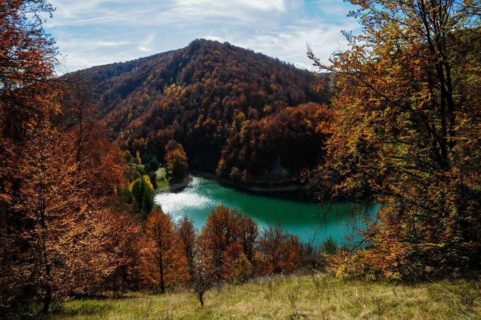 Lacul Ighiel, imprejmuit de culmi impadurite - Daniel Morar