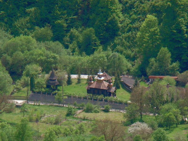 Mănăstirea Poşaga vazuta de sub Vf. Vulturese - Banda Rosie