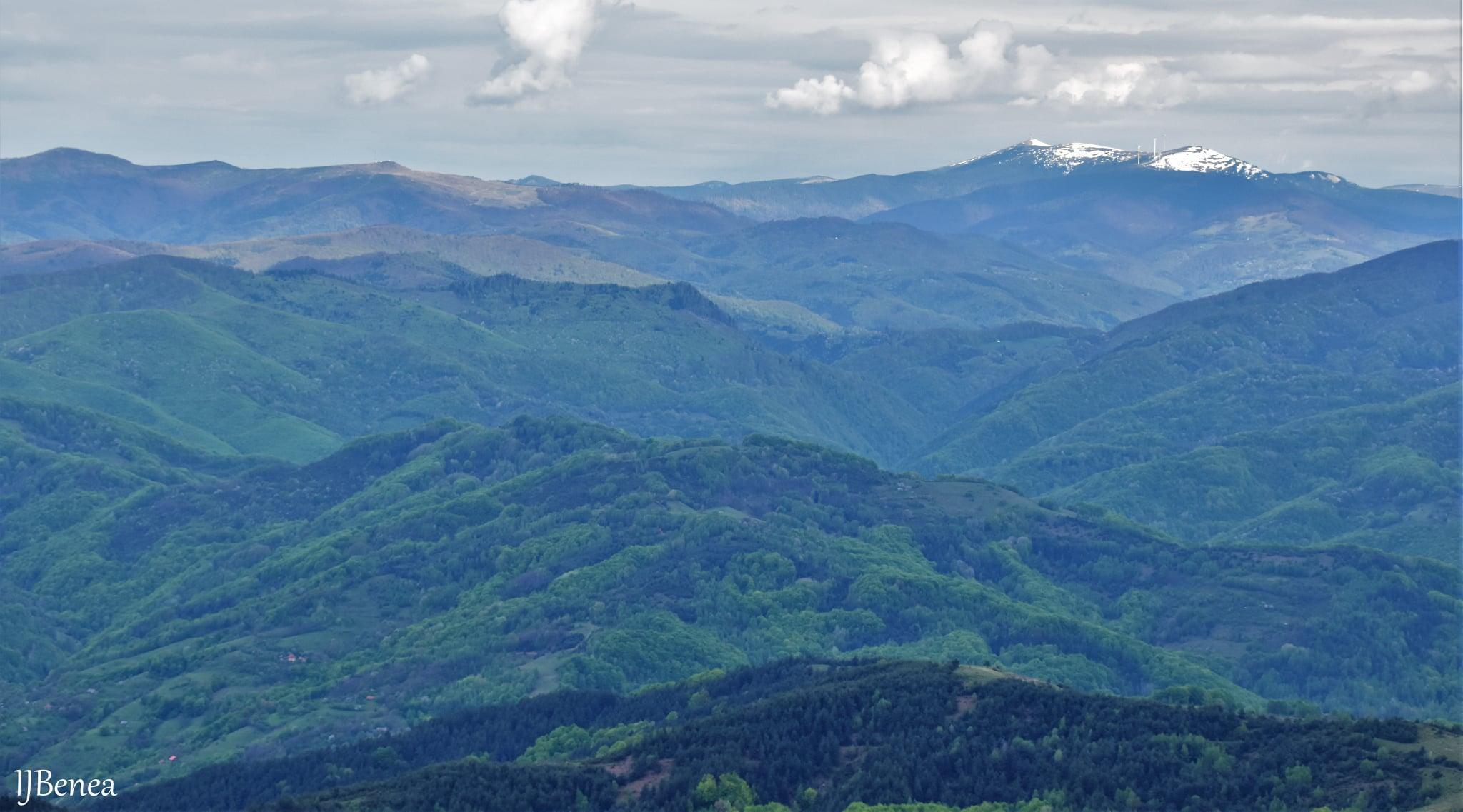Muntele Găina, în partea dreaptă Muntele Bihor - Ioan Benea Jurca