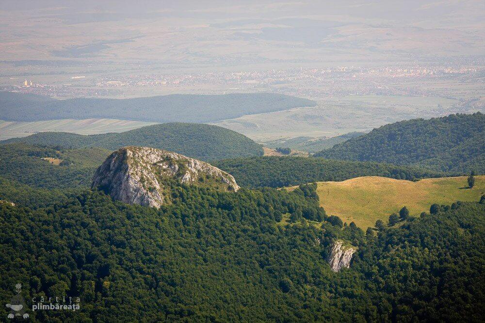 Piatra Bulzului și Alba Iulia, văzute de pe Piatra Cetii - Cârtița Plimbăreață