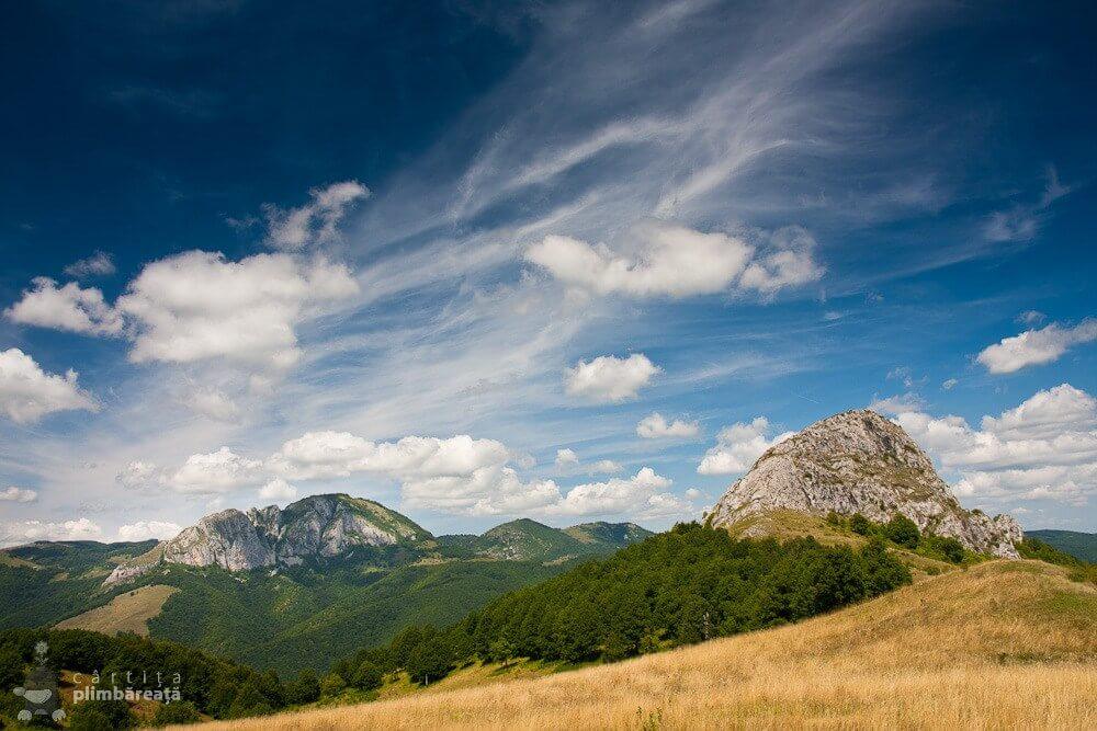 Piatra Cetii și Piatra Bulzului, privite de pe platoul Pietrei Bulzului - Cârtița Plimbăreață
