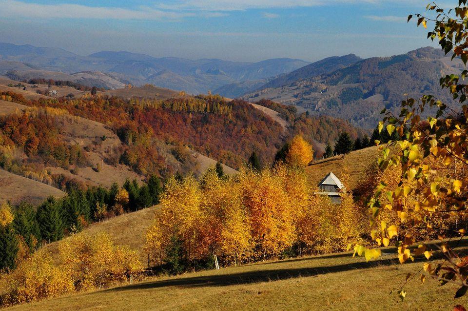 Priveliște spre Valea Găldița cu satul Necrilești - Daniel Morar