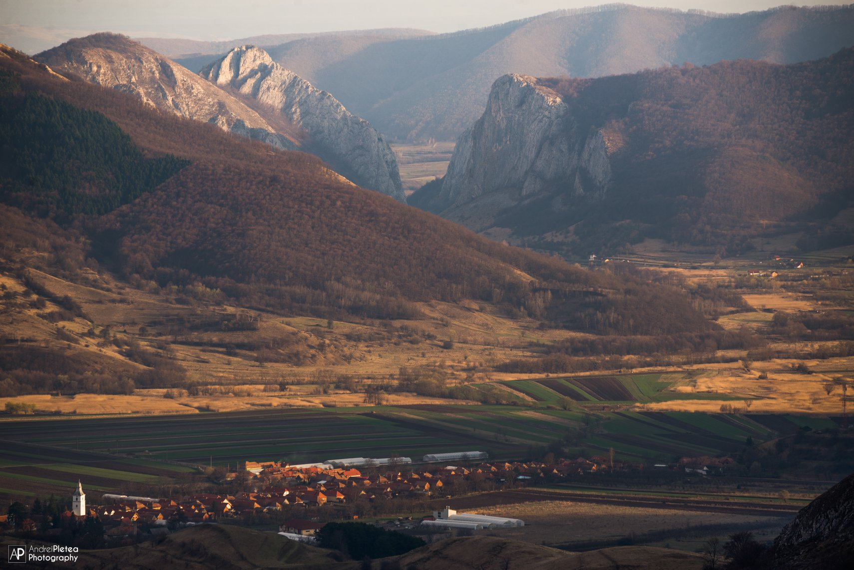 Satul Colțești și Cheile Vălișoarei văzute de pe Vârful Ardașcheia - Pletea Andrei