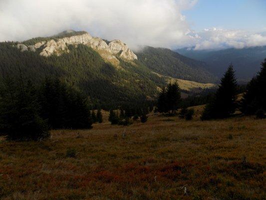_13MN_img_11 Valea Seaca si in spate Pietrele Albe.jpg