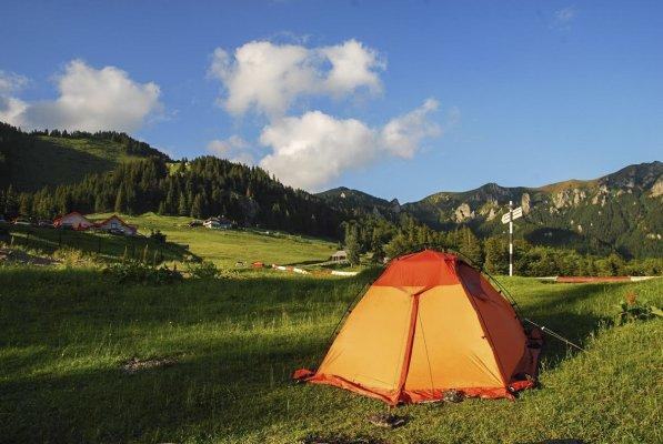 4mn img 05bg cu cortul in poiana muntele rosu 2