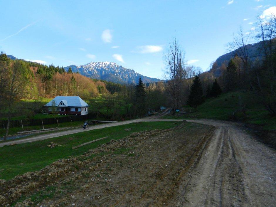 3MB La-urcare-din-Poiana-Dalghiului-privind-spre-abruptul-nordic-al-Ciucasului-07