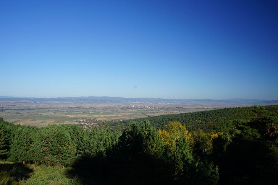 26mn img 15ta muntii baraolt si orasul sfantu gheorghe vazut din capatul traseului marcat cu triunghi albastru