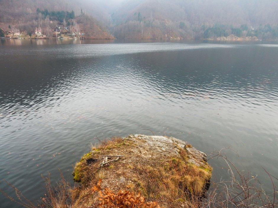 vedere de pe malul lacului tarnita 19