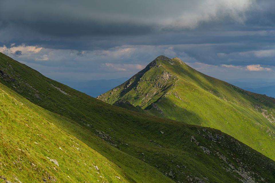 Varful Rosu, vazut din Saua Ineutului - Andrei Pahomi - CalatoriileLuiAndrei